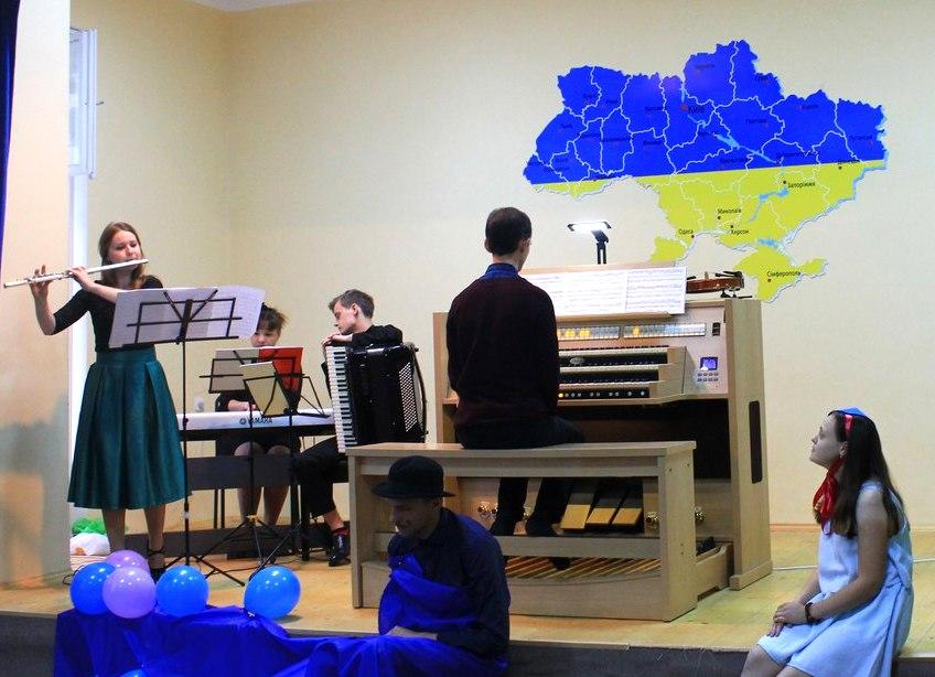 Діти впродовж вистави слухали виконання на флейті, органі, скрипці, акордеоні та фортепіано